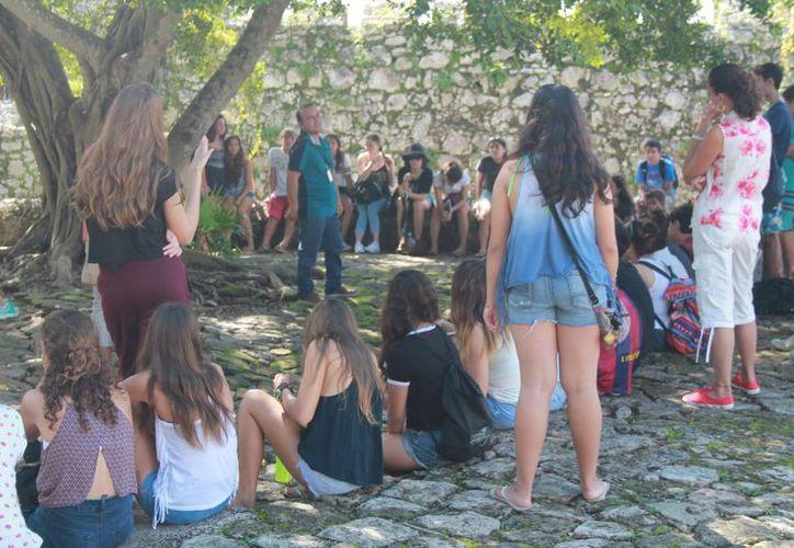 En esta temporada vacacional aumentó el número de visitantes al Fuerte de Bacalar. (Javier Ortiz/SIPSE)