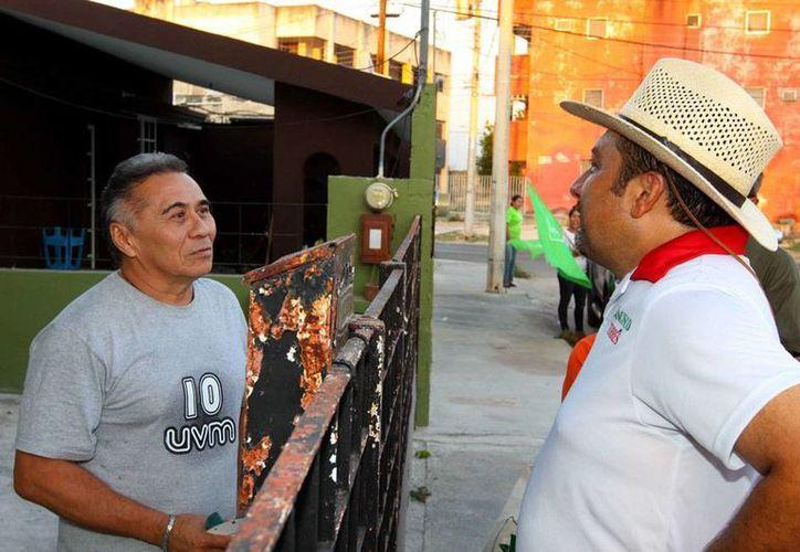 Vecinos de Brisas le contaron al candidato a diputado, Francisco Torres Rivas, los problemas que a diario sufren por la basura. (Cortesía)