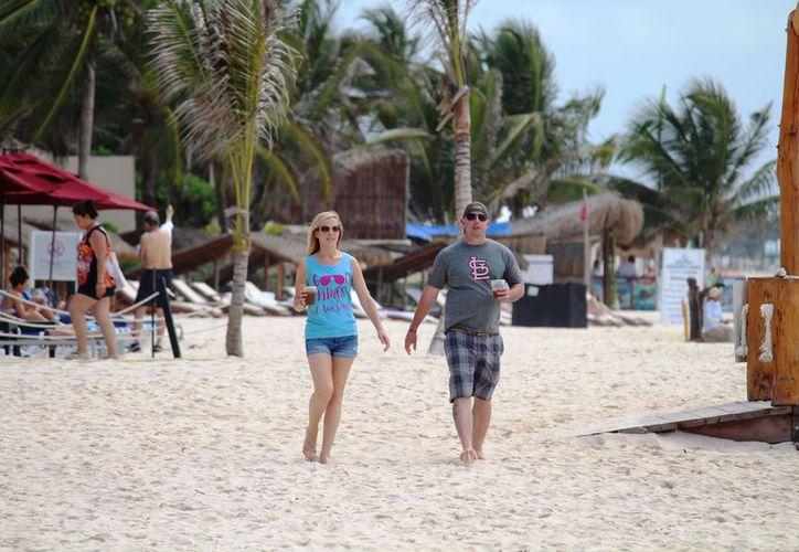 La playa Xcalacoco ofrece particularmente servicios a los turistas. (Octavio Martínez/SIPSE)