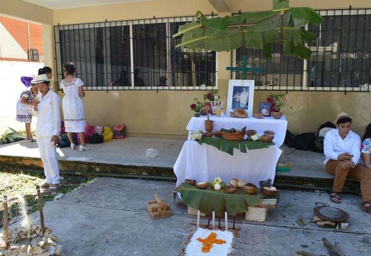 La Uady inculca en las nuevas generaciones las tradiciones centenarias como los festejos alusivos del Día de Muertos en Yucatán. (Notimex)