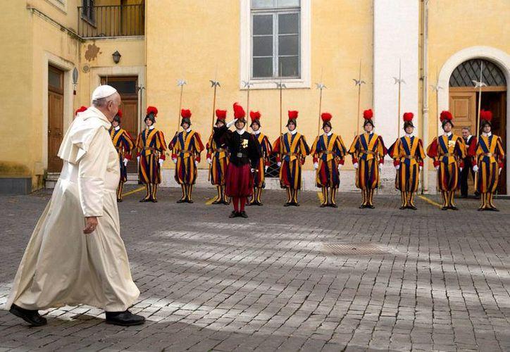 El Papa Francisco decidió rifar al menos 10 de los regalos que ha recibido durante su aún corto papado. En la imagen, Pontífice pasa frente a la Guardia Suiza, tras una reunión privada en El Vaticano. (AP)