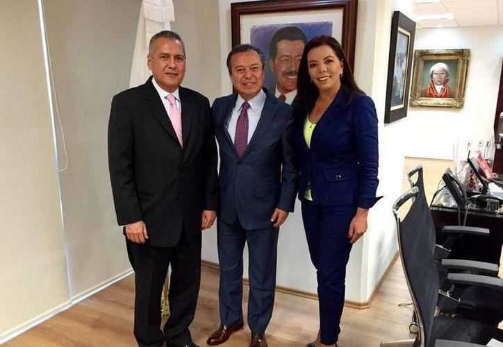 Imagen de Manlio Fabio Beltrones, César Camacho y Carolina Monroy del Mazo, quien aseguró que ser prima de Enrique Peña Nieto no hará que le den el cargo de secretaria general del PRI. (twitter/@CCQ_PRI)