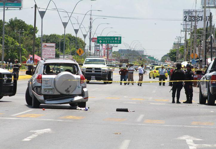 Tres personas, entre ellas una joven, fueron detenidas en la avenida López Portillo tras una persecución policíaca la tarde del sábado. (Sergio Orozco/SIPSE)