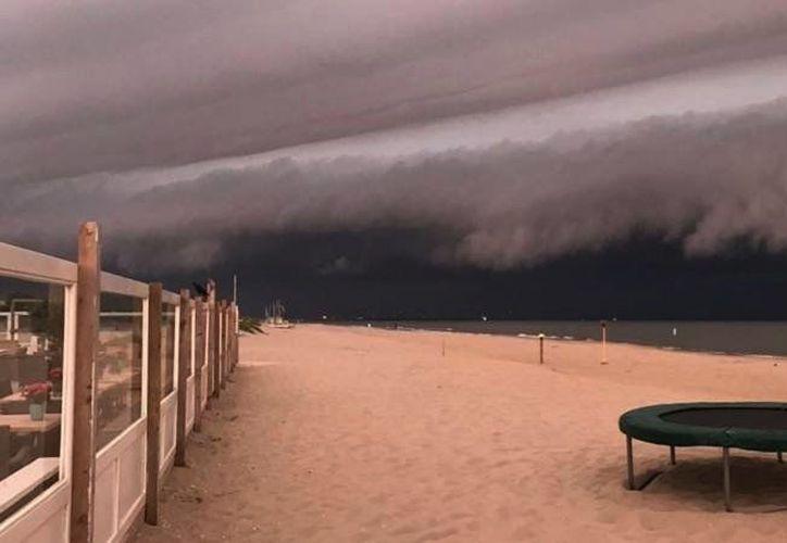 En esta imagen se aprecia una gran nube de tormenta sobre el mar. (Twitter/@birdie_birdy)