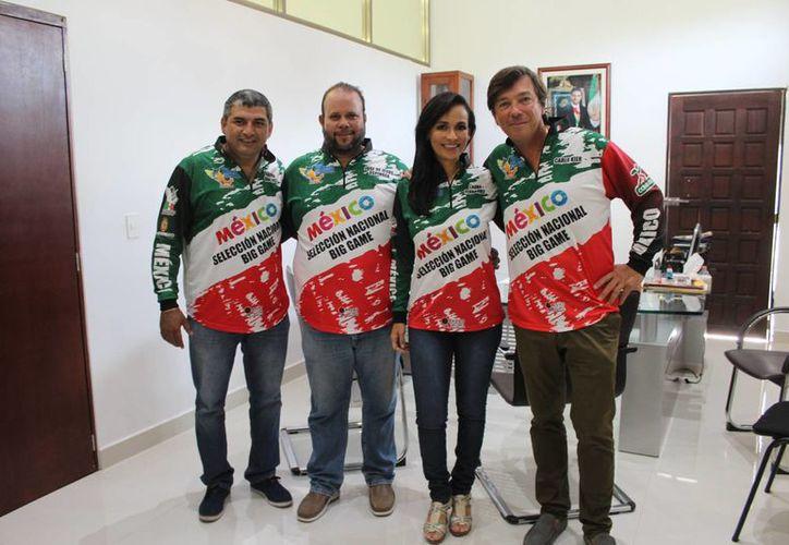 La alcaldesa abanderó a los integrantes del equipo. (Raúl Caballero/SIPSE)