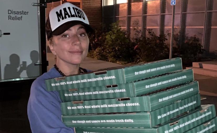 Lady Gaga repartió pizza, café y regalos a los damnificados por el incendio forestal de California. (Twitter)
