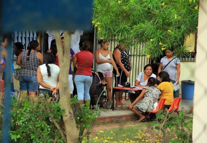 Padres piden a la directora una prórroga en pago de cuota. (José Acosta/SIPSE)