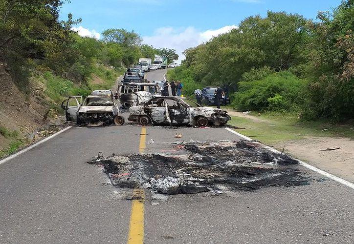 El comando armado interceptó y quemó vehículos de civiles para impedir ser perseguidos por las autoridades. (Milenio)
