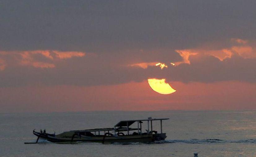 Este 21 de agosto, en Yucatán podrá observarse un eclipse parcial de sol. La imagen es de eclipse parcial de sol en una playa de Sanur, isla de Bali, Indonesia. (Foto: Archivo/EFE)