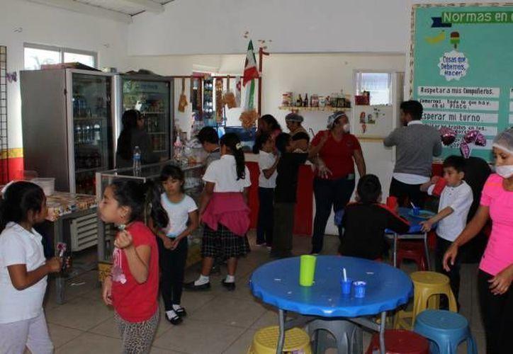 A pesar de la reglamentación federal, en algunas tiendas escolares aún se venden alimentos poco saludables. (Redacción/SIPSE)