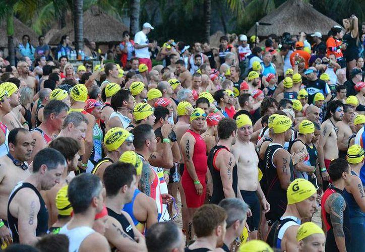 Hoy por la mañana más de 2 mil triatletas participaron en el Ironman Cozumel 2014. (Foto de contexto/ironmancozumel.com)