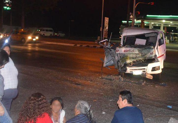 Una camioneta de transporte público chocó contra un camión que se pasó el alto, en Ciudad Industrial. Hubo 7 lesionados, uno de ellos de gravedad, todos pasajeros de la 'combi'. (Carlos Navarrete/SIPSE)