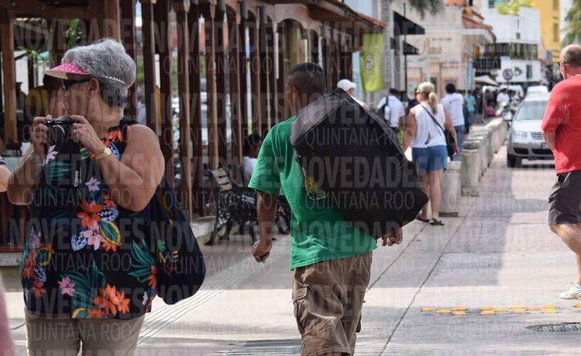 El hondureño busca una dirección al oriente de la ciudad. (Gustavo Villegas/SIPSE)