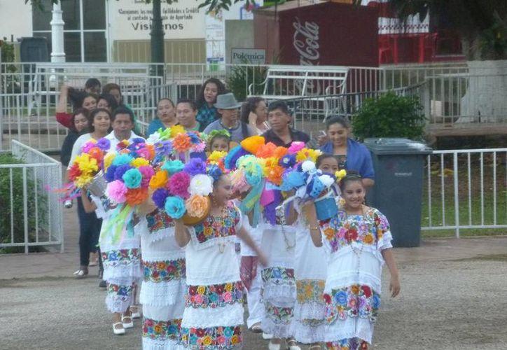 En la Casa de la Cultura se realizó el tradicional baile de 'Cabeza de cochino'. (Raúl Balam/SIPSE)