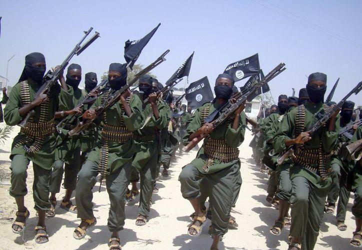 Imagen de combatientes del grupo terrorista al-Shabab realizando ejercicios militares en las afueras de Mogadiscio, Somalia.