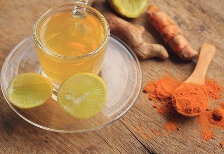 El agua de cúrcuma con limón es una excelente opción para eliminar líquidos y bajar de peso. (Internet/Contexto)