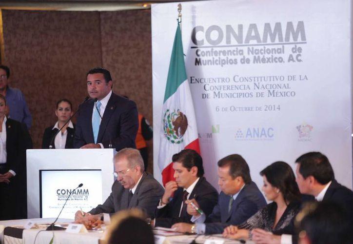 El alcalde meridano Renán Barrera Concha pronuncia un discurso al asumir la presidencia de la Conamm este lunes, acto en el que estuvo el secretario de Gobernación, Miguel Osorio Chong, en representación del presidente Peña Nieto. (SIPSE)