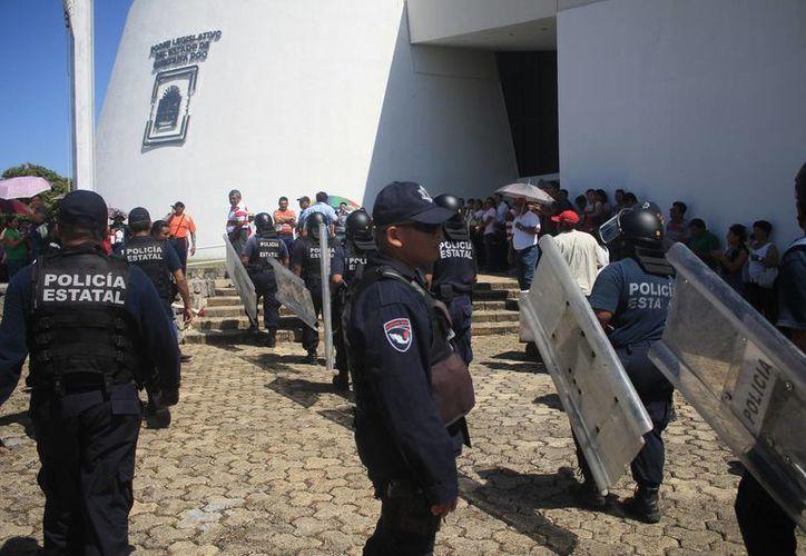 Elementos de la policía estatal custodiaron las instalaciones del recinto legislativo. (Harold Alcocer/SIPSE)
