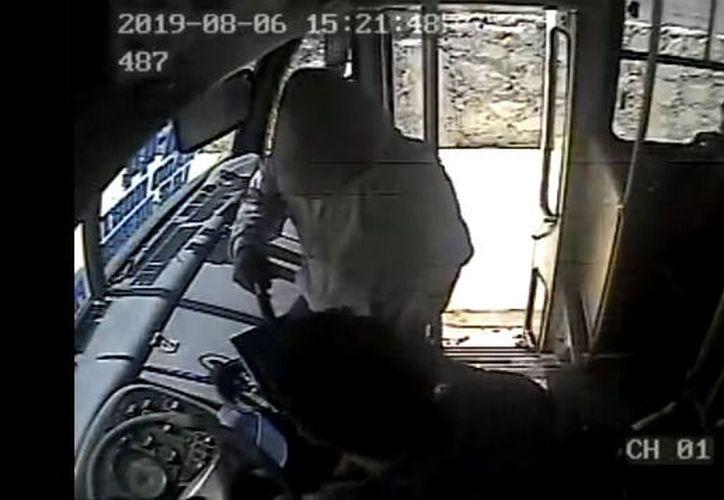 El ladrón se aproxima al conductor de la unidad de la línea Autocar y le apunta a la cara con un arma de fuego. (Redacción/SIPSE)