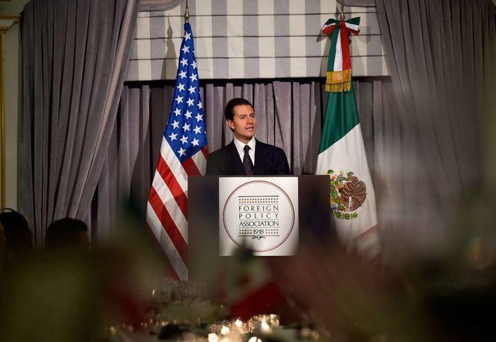 El presidente Enrique Peña Nieto durante su mensaje tras recibir el Premio al Estadista que entrega la Asociación de Política Exterior. (Notimex)
