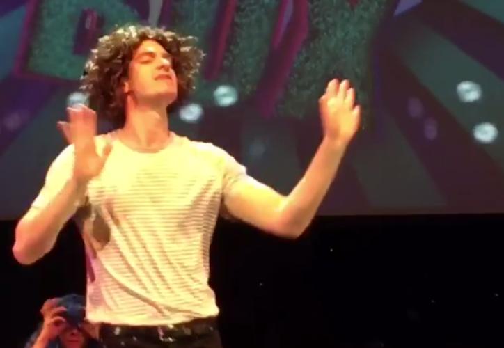 Andrew Garfield comprobó que tiene los mejores pasos de baile e incluso la habilidad de caer perfectamente después de hacer una pirueta hacia atrás. (Captura Youtube).
