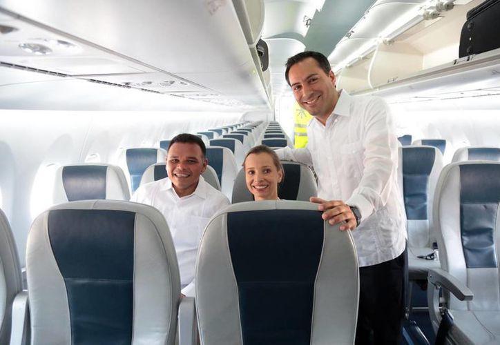 En el inicio de operaciones del vuelo La Habana-Mérida-La Habana, el alcalde Mauricio Vila dijo que 'abre nuevas perspectivas para el turismo y los negocios en la ciudad'. (Fotos cortesía del Ayuntamiento de Mérida)