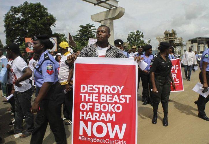 Decenas de personas durante una manifestación en contra de la incapacidad del gobierno de Nigeria de rescatar a las más de 200 niñas secuestradas. (EFE)