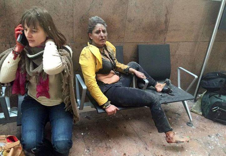 La periodista Ketevan Kardava, corresponsal de la empresa de Radiodifusión Pública de Georgia, captó esta imagen de los atentados en Bélgica que ha dado la vuelta al mundo. (AP/archivo)