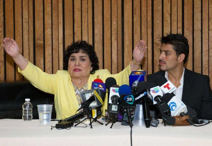 """La actriz  Carmen Salinas y el  productor de """"Perfume de Gardenia"""", Omar Suárez. (Archivo/Notimex)"""