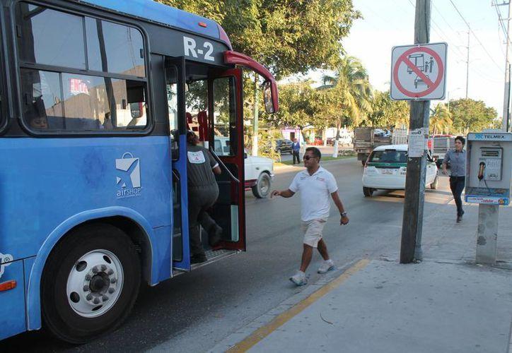 Los operadores del transporte esperan que pronto los usuarios aborden en los lugares oficiales. (Ricardo Villaseñor/SIPSE)
