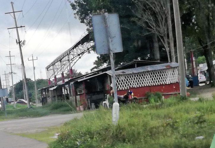 Los negocios invaden terrenos pertenecientes a la comunidad. (Javier Ortiz/SIPSE)