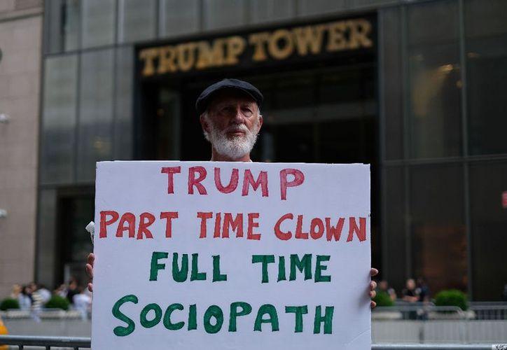 Un manifestante protesta contra Donald Trump, quien ahora se encuentra bajo la mira de la justicia de Estados Unidos. (La Jornada)