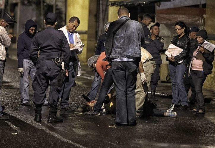Imagen de un homicidio ocurrido el 18 de enero en la capital de Honduras, donde la violencia es cada vez más cotidiana. (Archivo EFE)