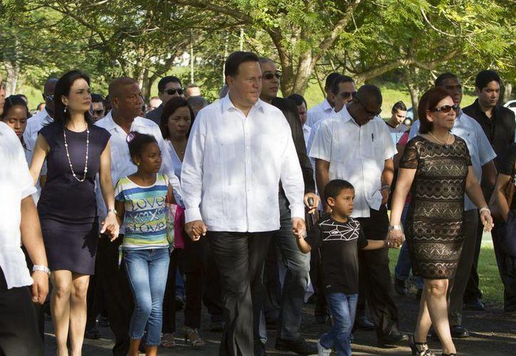 De izquierda a derecha. la vicepresidenta de Panamá, Isabel De Saint Malo de Alvarado, acompaña al presidente panameño, Juan Carlos Varela (c), a la presidenta de la Asociación de Familiares y Caídos en la Invasión Estadounidense del 20 de diciembre de 1989, la mayor retirada Trinidad Ayola. (EFE)