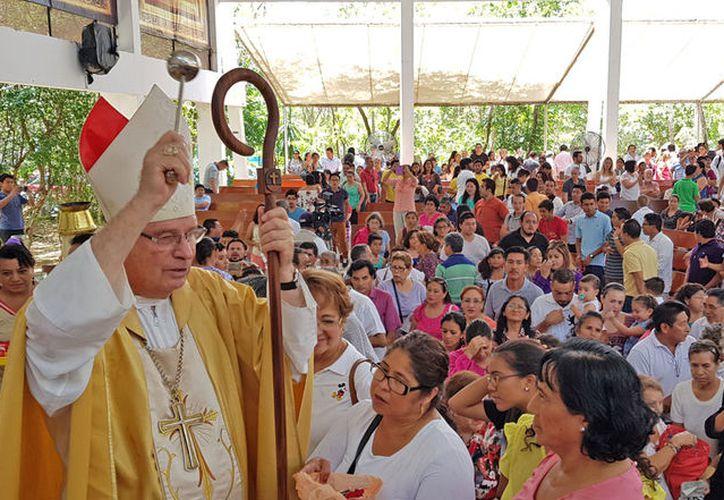 El obispo Pedro Pablo Elizondo Cárdenas, recordó a los fieles el significado de vida que tiene el mensaje de Jesús. (Jesús Tijerina/SIPSE)