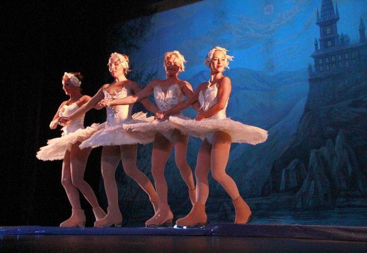 El espectáculo sobre hielo Moscow Star on ice se presentó este sábado en Cancún. (Tomás Álvarez/SIPSE)