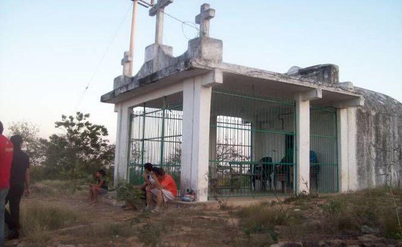 Esta es la capilla de las 'Tres Cruces', sobre el cerro del mismo nombre, en Maxcanú, donde algunas personas dicen haber visto extrañas apariciones. (SIPSE)