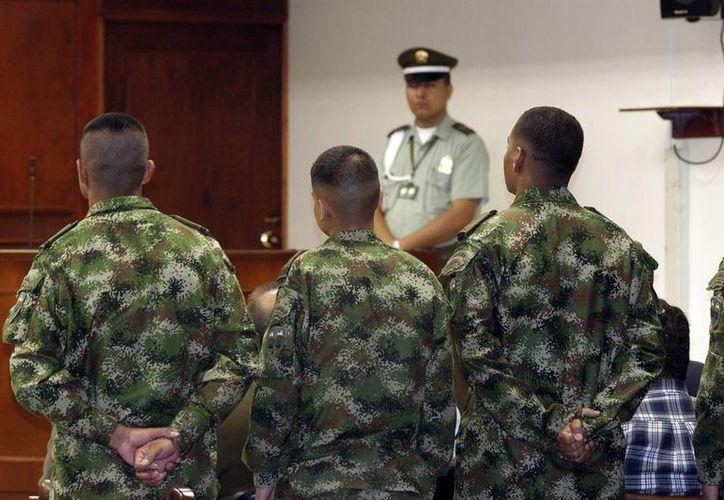 """Los """"falsos positivos"""" fueron as ejecuciones extrajudiciales de civiles presentados como bajas en combate a cambio de beneficios económicos o ascensos.  Imagen de militares colombianos en una audiencia. (EFE/Archivo)"""