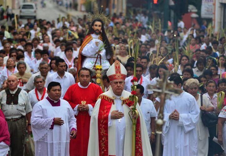 El Arzobispo encabezó la procesión del Domingo de Ramos. (Luis Pérez/SIPSE)