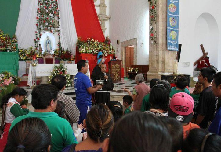 Cientos de fieles se dieron cita en San Cristóbal para celebrar a la Virgen de Guadalupe. (César González/SIPSE)
