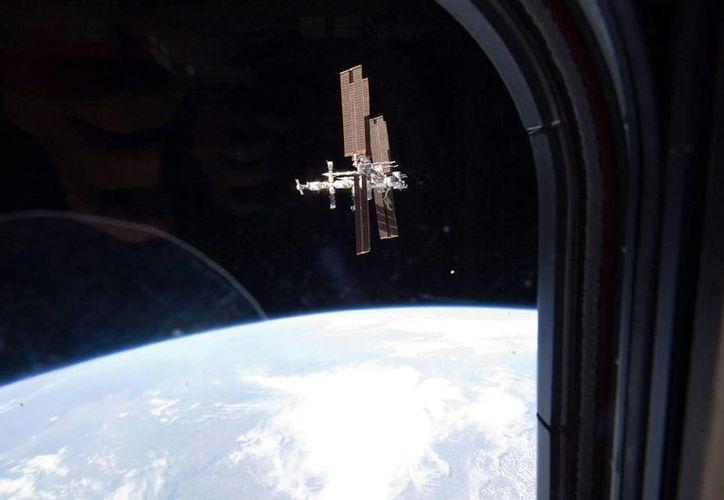 """""""El comandante Swanson y los ingenieros de vuelo Gerst y Wiseman, desde su órbita a 370 kilómetros de la Tierra, desean a los aficionados del fútbol y la Copa Mundial 2014 un torneo pacífico"""", dijo la NASA. (EFE/Archivo)"""