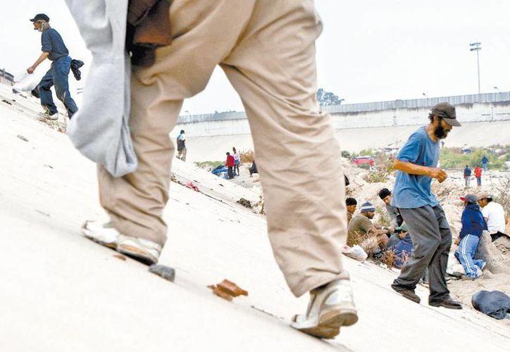Detrás de las compuertas del río Tijuana no hay agua, hay hombres. (Milenio)