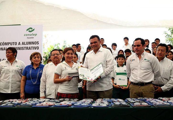 Rolando Zapata entregó los anteojos a los estudiantes. (Milenio Novedades)