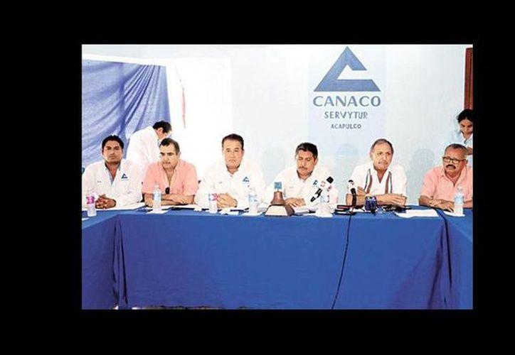 Los miembros de la Canaco dan a conocer su decisión en conferencia de prensa. (Quadratín)