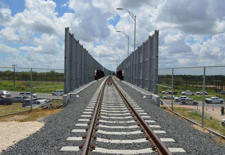 Al inaugurar el puente ferroviario internacional Matamoros-Brownsville, las autoridades de México y EU aseguran que sus gobiernos 'están haciendo historia'. (Notimex)