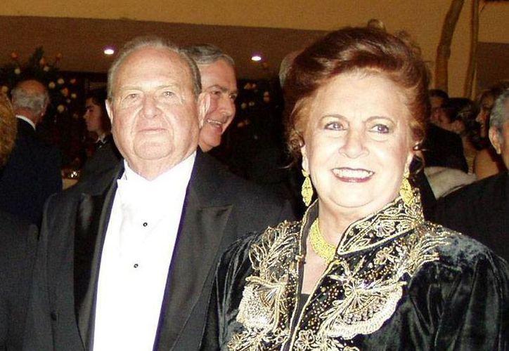 Don Andrés García Lavín y Doña Ana María Gamboa Fajardo, ambos finados, consolidaron su matrimonio con amor. En esta imagen, al celebrar sus bodas de oro. (SIPSE)