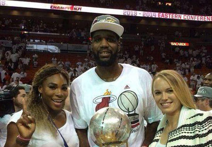 Williams y Wozniacki durante la final de la NBA entre el Heat y San Antonio. (Foto: Twitter/Caroline Wozniaki)