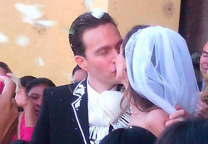 El beso que sella el 'amor' entre el gobernador de Chiapas, Manuel Velasco, y su ahora esposa Anahí, actriz y cantante de Televisa. (Instagram: @anahiofficial)