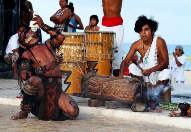 Grupos de danza prehispánica rendirán honores al tunkul hoy a las 17 horas en el Portal Maya. (María Mauricio/SIPSE)