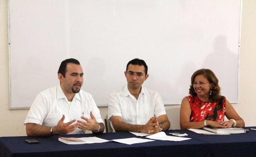 Los padres Héctor Augusto Cárdenas Angulo y Pablo Pérez Amézquita con la coordinadora de Infolaicos, María de los Ángeles Matos González. (José Acosta/SIPSE)